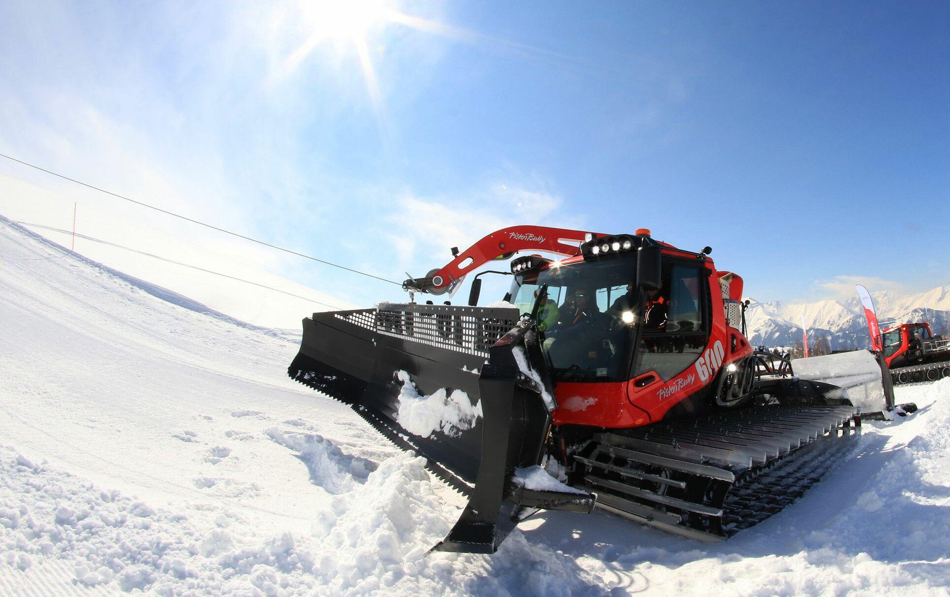 PistenBully 600 Polar W fährt mit der Winde den Berg hinauf