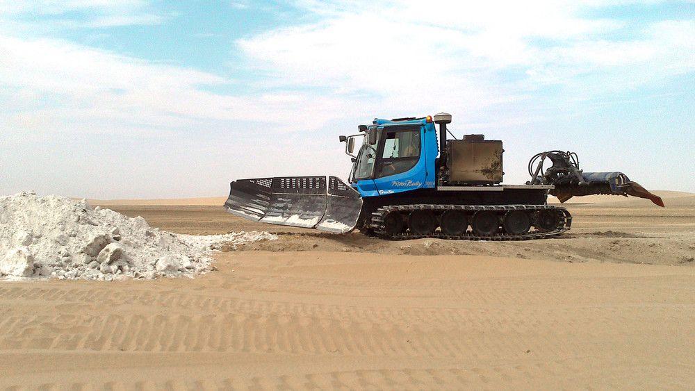 PistenBully 300 Polar GreenTech bei Verschiebearbeiten.
